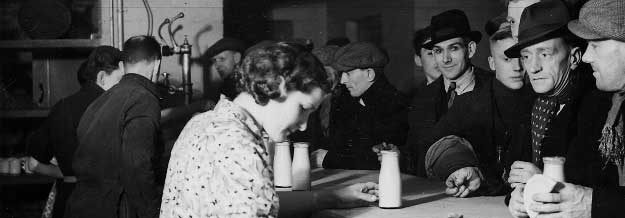 People in the pub  - 1940s