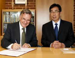 Professor Chris Marlin and NACTA President sign a Memorandum of Understanding
