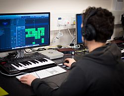 Student working in the Music Mac Lab