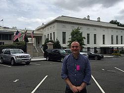 Prof Hensinger in front of the West Wing of the White House